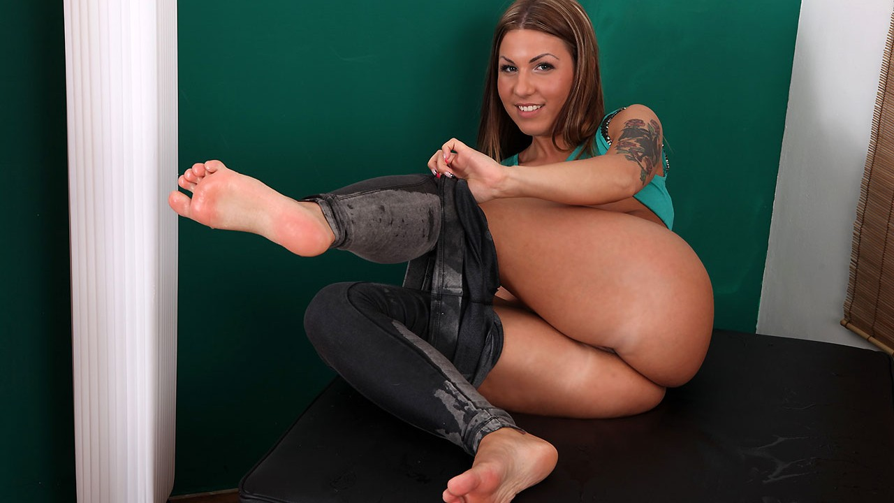Wet Jeans And Piss For This Hot Hungarian Girl
